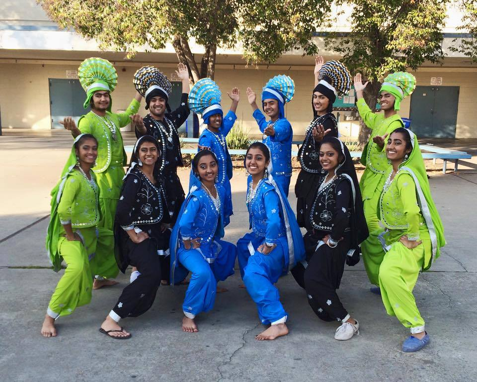 The+2014-2015+Bhangra+team+at+Irvington+High+School%27s+show+Dil+Se