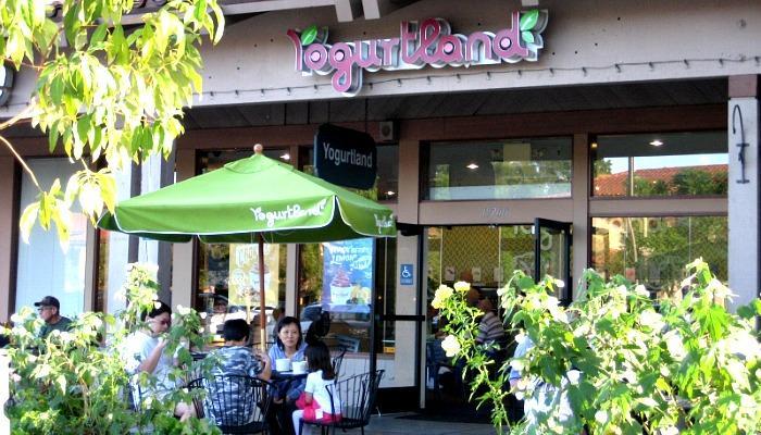 Han Kook club holds Yogurtland fundraiser