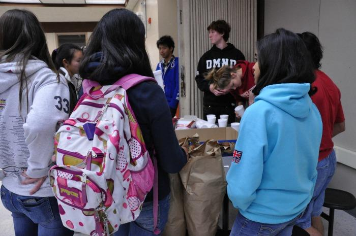 Students wait in line for free food at Cocoa Cram Week in the cafeteria. Students also had the opportunity to ask teachers questions. Photo by Margaret Lin.