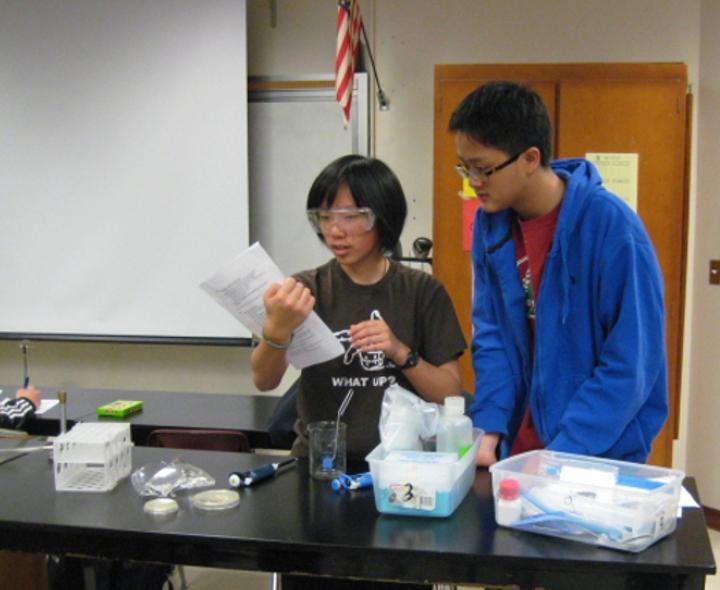 Club+president+junior+Kasie+Wong+teaches+member+junior+Paul+Xu+how+to+use+lab+equipments+safely+on+March+23.+The+experiment%2C+beginning+on+March+16+and+ending+March+28%2C+involved+bacterial+resistance+to+triclosan.++Photo+by+Howard+Lee.+