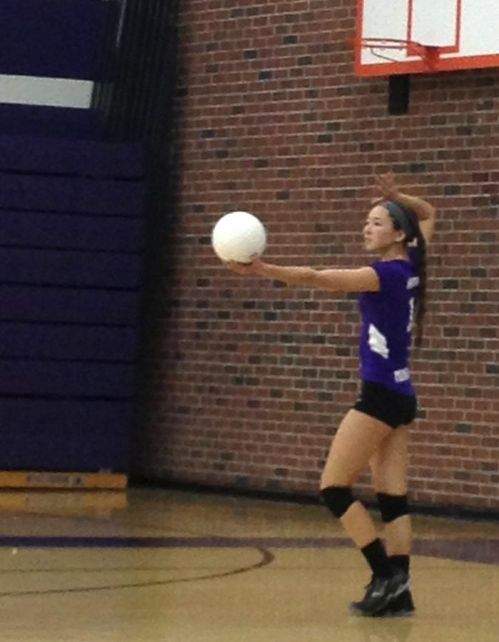 Sophomore+Sydney+Howard+serves+the+ball+for+a+point.+The+final+score+of+the+match+was+3-1.