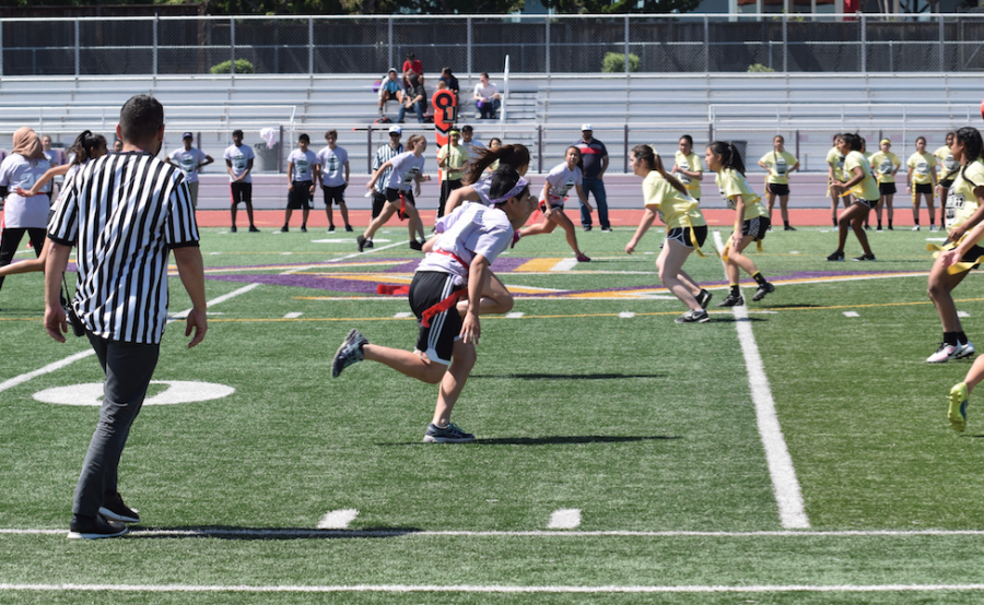 Powderpuff+Day+1%3A+Juniors+beat+freshmen+in+a+close+first+game