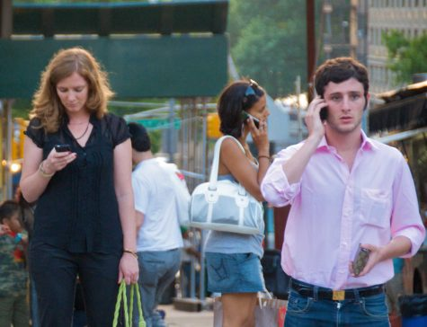 Hawaii bans looking at phones while crossing the street: California may also do the same