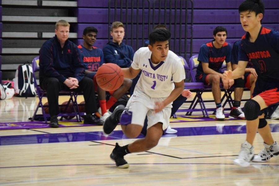 Senior Rohan Inampudi runs past a defender during the first quarter against Saratoga HS. Photo by Oishee Misra.