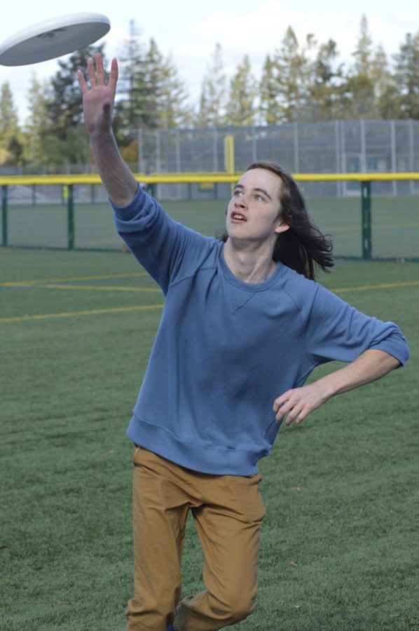 Junior Liam Connor catches a frisbee thrown to him during warmups in anticipation for the club's game. Photo by Ankit Gupta.