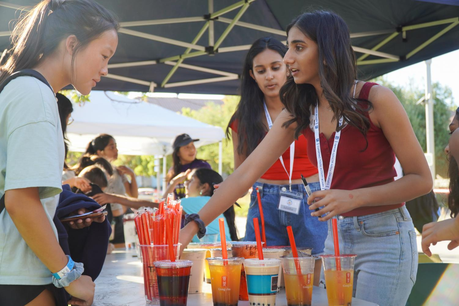 Students of the Cupertino Teen Commission and Youth Activity Board helped distribute boba to the over 500 students who showed up. Photo by Justine Ha