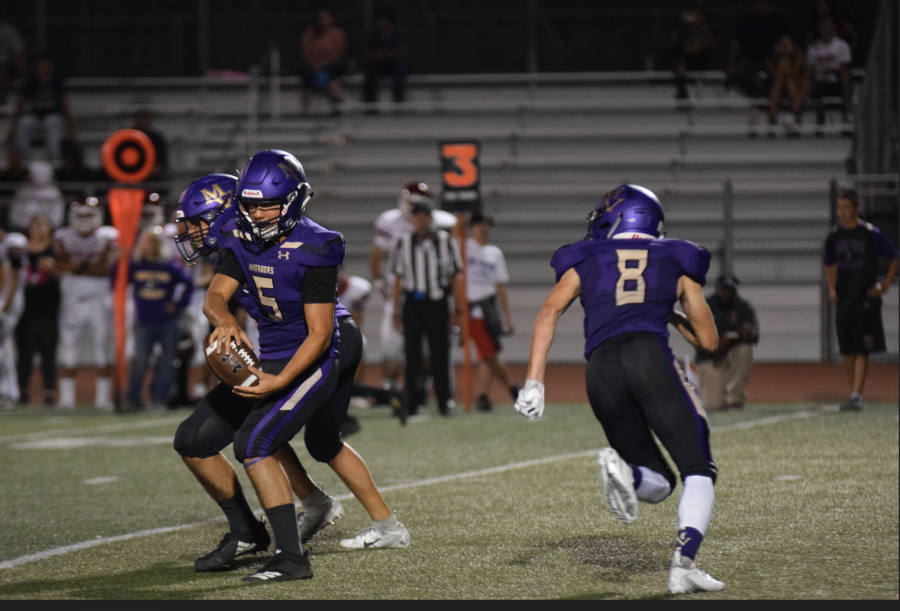 Junior+quarterback+Simon+Loffler+takes+the+snap+as+senior+running+back+Henry+Lassa+comes+in+motion+against+San+Jose+HS.+