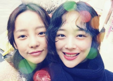 Goo Hara (left) and Sulli (right) pose for a selfie together back in 2017.